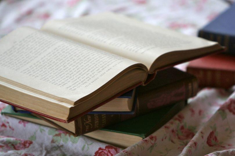 Imagem de livros sobre a mesa