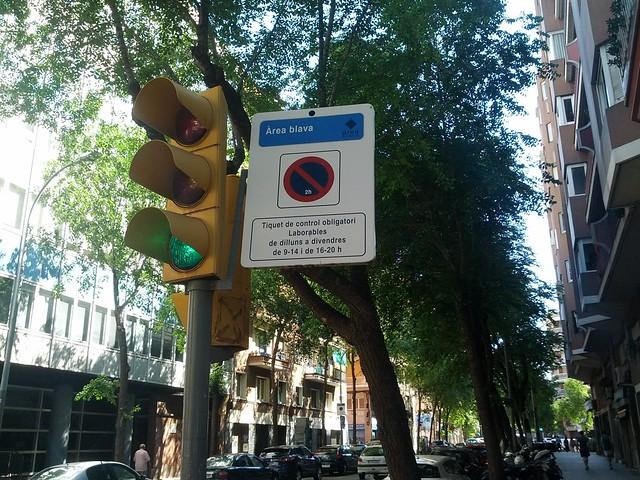 Placa de sinalização azul em Barcelona