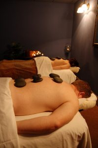 As massagens para casais são uma ótima forma de reestabelecer a sintonia com o par e com o próprio corpo