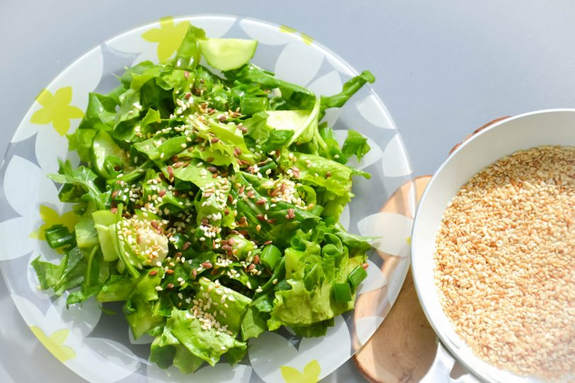 Imagem de prato com saladas e grãos