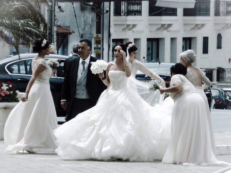 Imagem de várias noivas na calçada