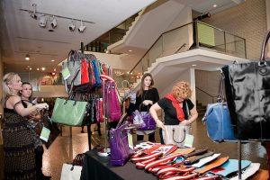 Imagem de mulheres fazendo compras em shopping