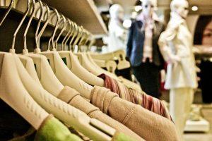 Imagem de roupas em cabides