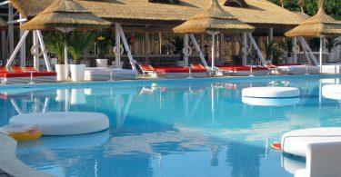 Imagem de grande piscina em parque aquático