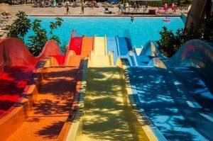 Imagem de três tobogãs em parque aquático