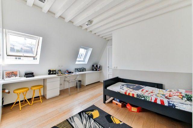 Um quarto bem decorado e confortável