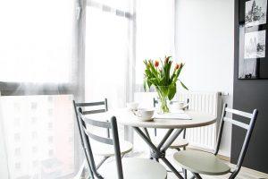 Imagem de sala clara com móveis claros
