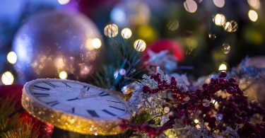 Imagem de relógio com enfeites natalinos