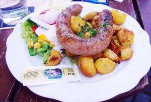 Imagem de salsicha com batatas