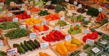 Imagem de vários legumes expostos à venda