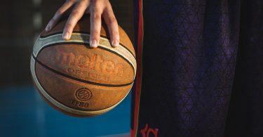 Imagem de atleta segurando bola de basquete