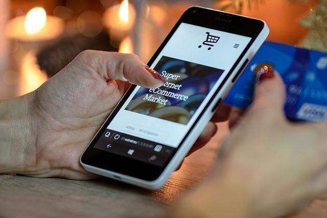 Pessoa interage com uma página de compras online no celular