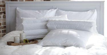 Imagem de edredons brancos sobre cama