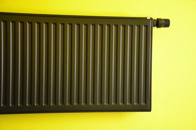 Modelo de calefação instalado numa parede amarela