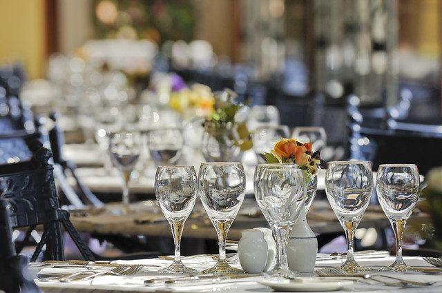 Zoom nos copos e na decoração da mesa