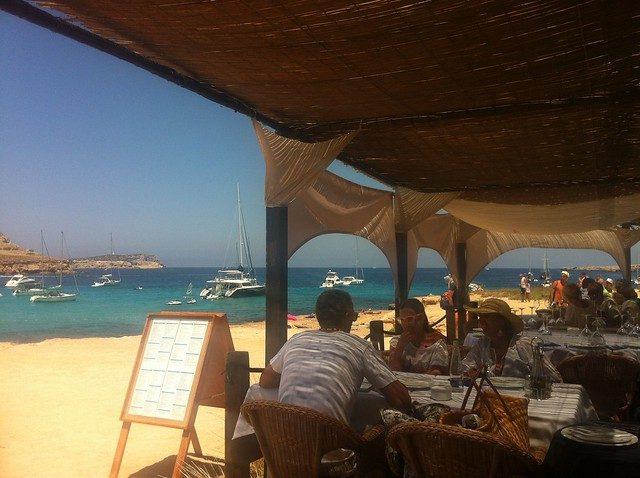Bar em frente ao mar