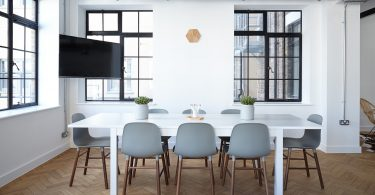 Apartamento turístico no verão em Barcelona - mesa e cadeiras na sala