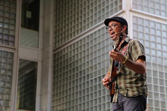 Dia Mundial da Alegria - artista cantando