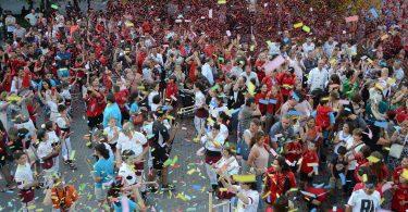 Pessoas celebrando - Festival de Sants