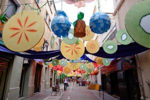 bairro de Gràcia enfeitado com tiras para as festas tradicionais