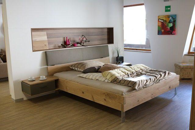 cama no quarto - apartamento turístico em Barcelona no verão
