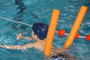 piscinas urbanas de Barcelona - garoto nadando