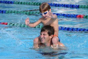 piscinas urbanas de Barcelona - pai com filho nadando