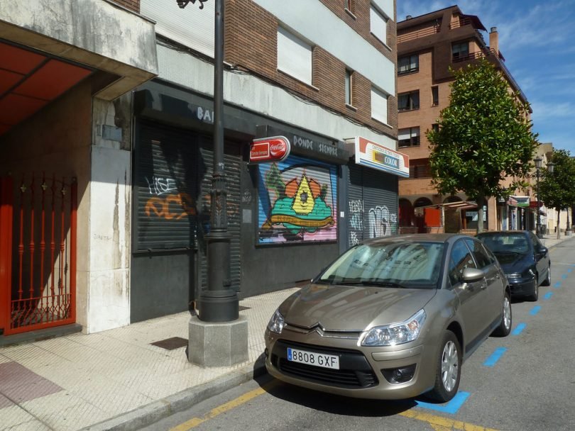 Carro cinza estacionado em uma zona azul de Barcelona