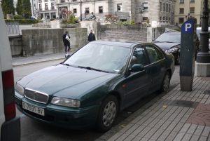 Carro estacionado em zona azul, ao lado de uma calçada