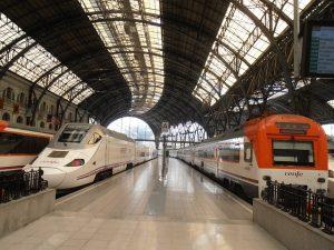 Dois trens da Renfe passando pela estação
