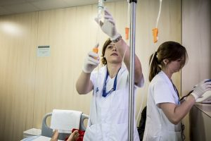 Duas médicas trabalhando em uma sala do hospital