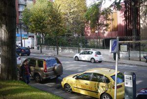 Fila de carros em estacionamento de zona azul em Barcelona