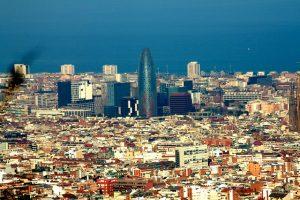 Imagem panorâmica da cidade de Barcelona, com o mar ao fundo