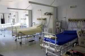 Três camas em sala de internação de hospital