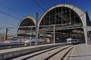 Três trens saindo de uma estação em Barcelona
