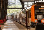 Trem se deslocando por uma estação em Barcelona