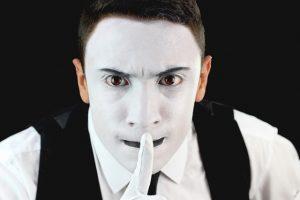 ator de teatro com rosto pintado de branco