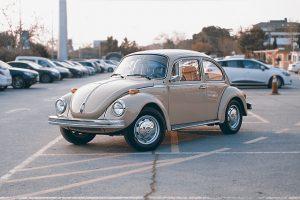Imagem de New Beetle estacionado em um estacionamento