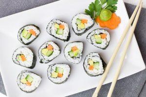 Imagem de bandeja de sushi vegetariano