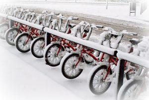 Imagem de bicicletas em Barcelona cobertas de neve