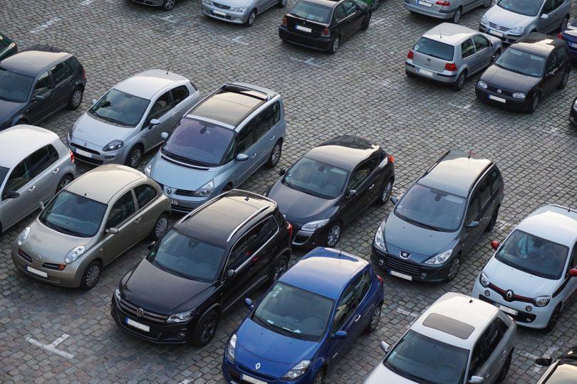 Imagem de carros em fila estacionados em estacionamento a céu aberto