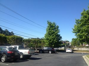 Imagem de carros estacionados ao ar livre