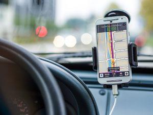 Imagem de celular com aplicativo para carros