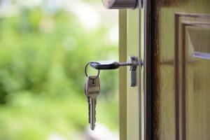 Imagem de chave na fechadura da porta de uma residência