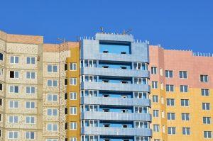 Imagem de edifício com cores distintas