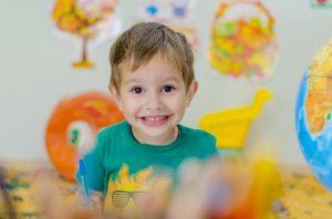 Imagem de garoto pequeno com lápis de cor na mão