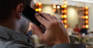 Imagem de homem falando ao telefone