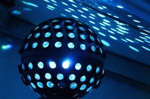Imagem de lustre colorido em discoteca