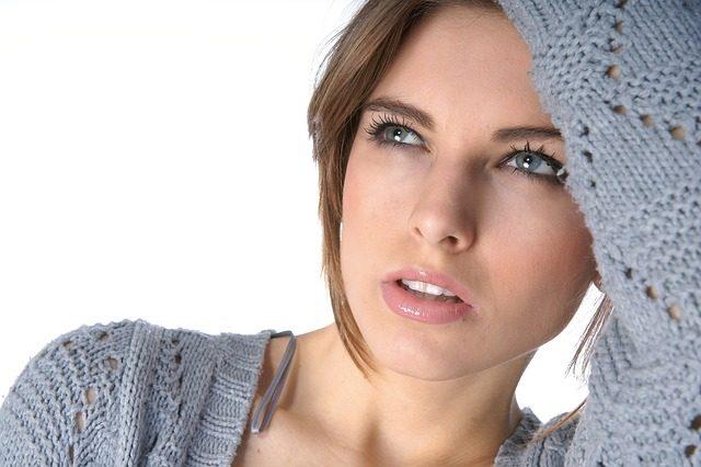 Imagem de modelo com casaco de malha fina