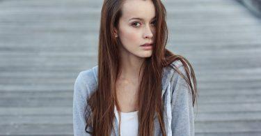 Imagem de modelo femino com cabelo ruivo